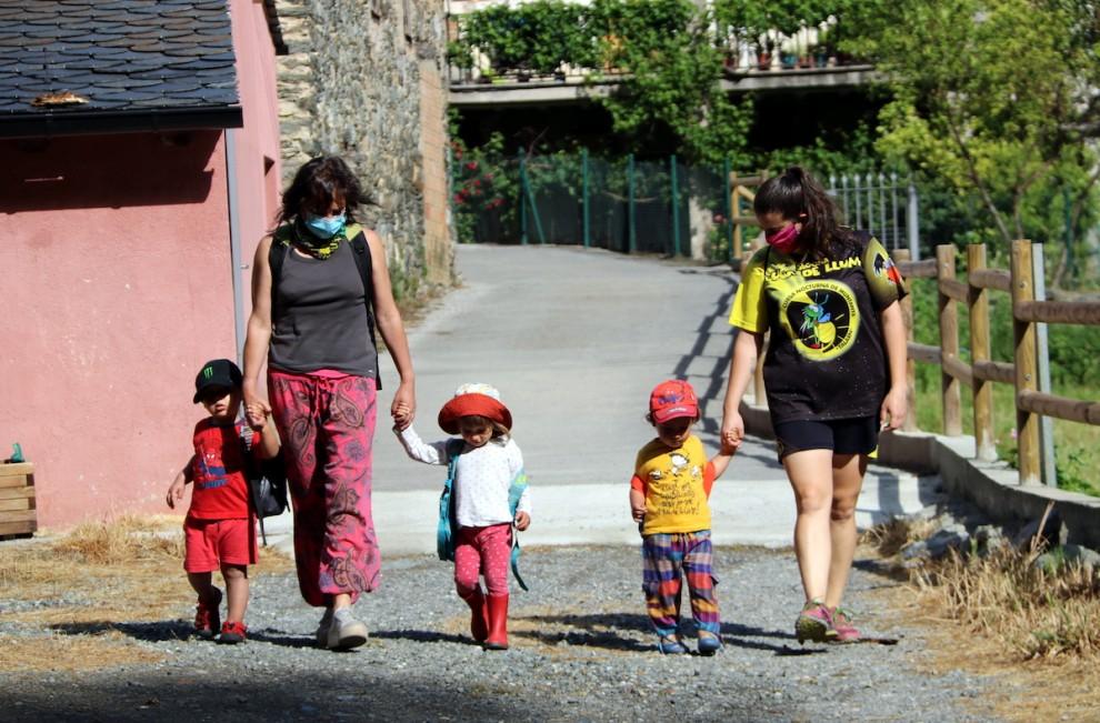 Les professores de la llar d'infants Els Malfargats de Rialp sortint d'excursió amb els petits