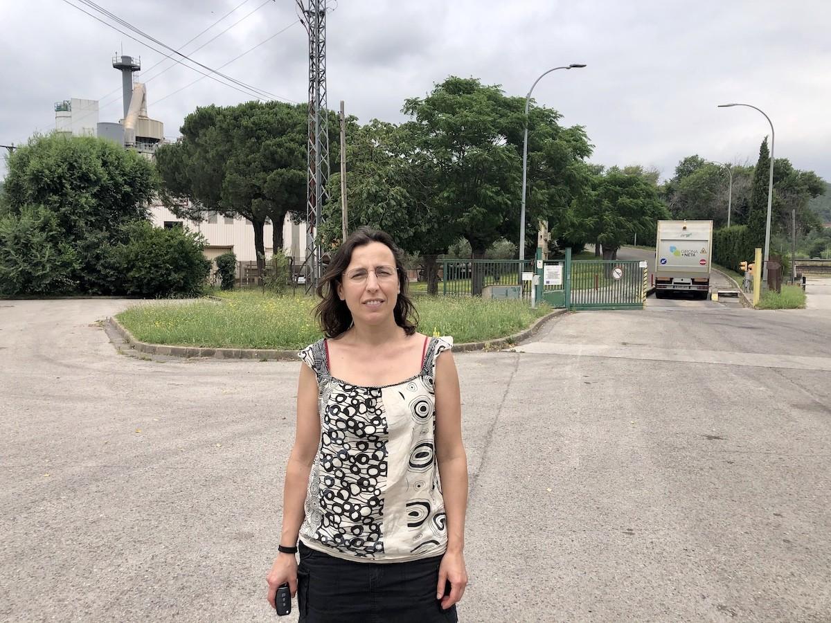 La regidora de Guanyem Girona, Laia Pèlach, davant l'entrada de la incineradora.