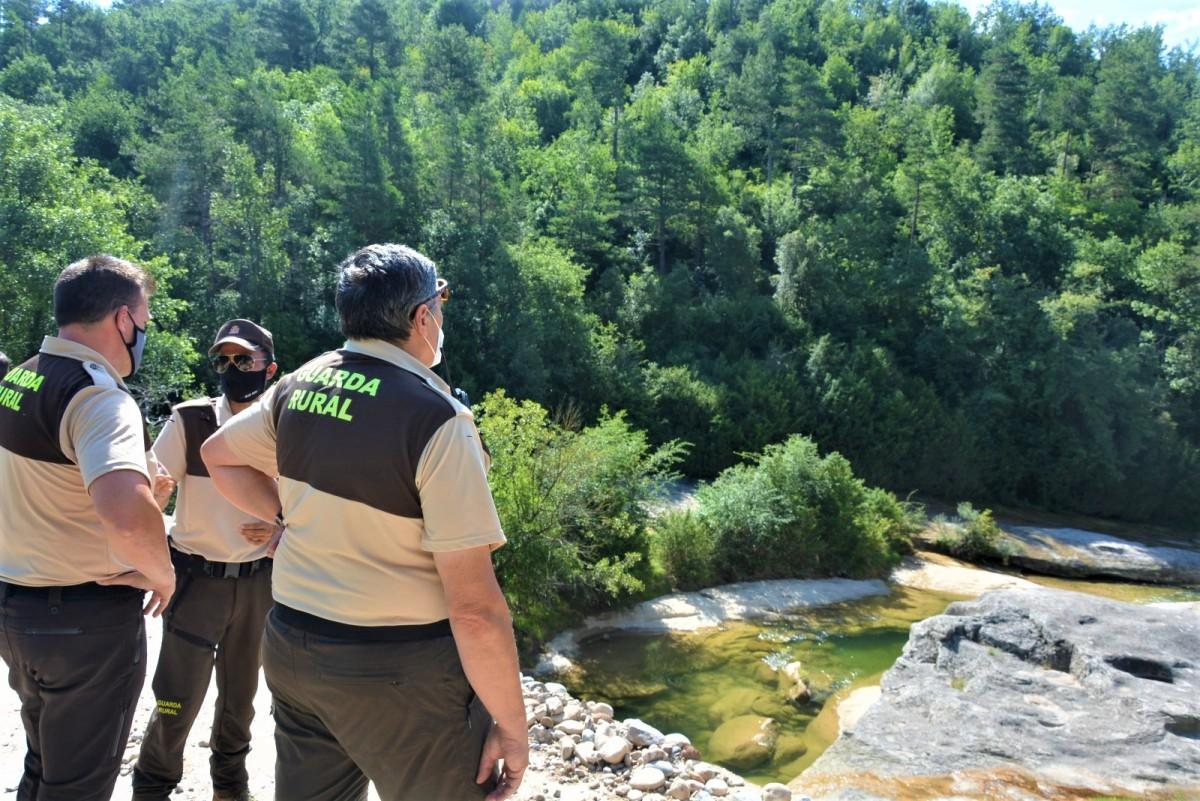 Els vigilants rurals controlen que es compleixin les prohibicions a la riera de Merlès.