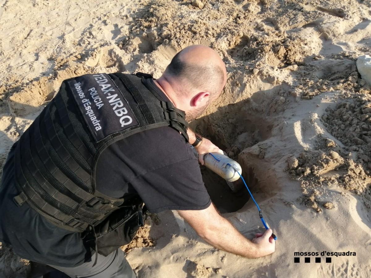 L'artefacte explosiu a la platja de l'Arrabassada
