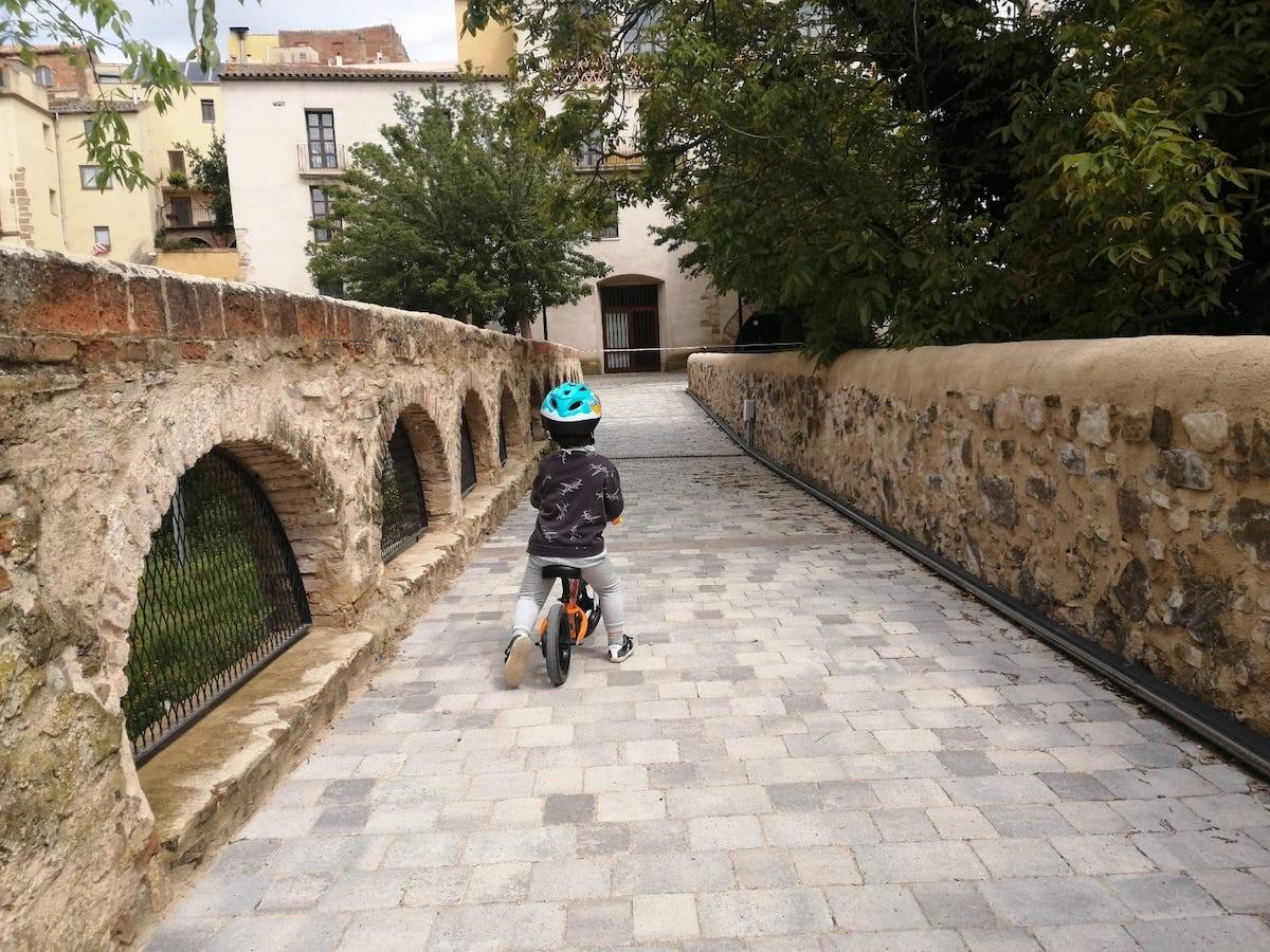 Nen amb bicicleta pels carrers de Falset, al Priorat.
