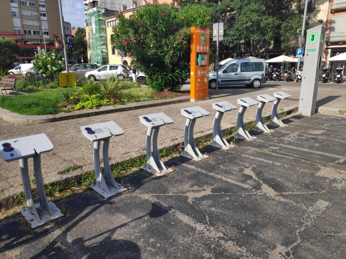 Una estació de la Girocleta sense cap bicicleta a Girona.