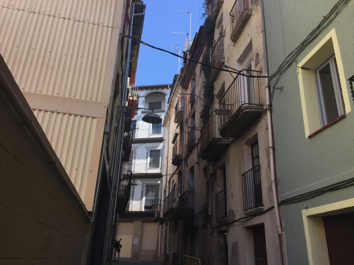 Els tres pisos a lloguer es troben al número 9 del carrer Lliberada Ferrerons.