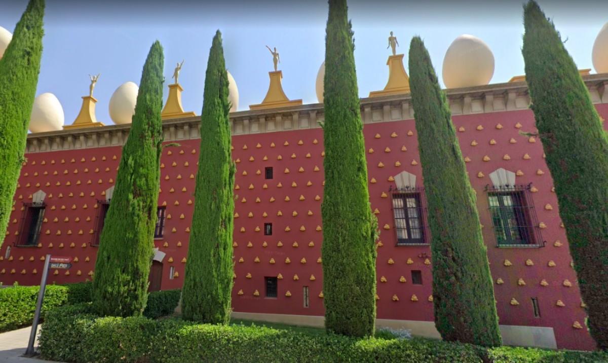 El Museu Dalí de Figueres, a tocar dels dos pisos de la Pujada del Castell.