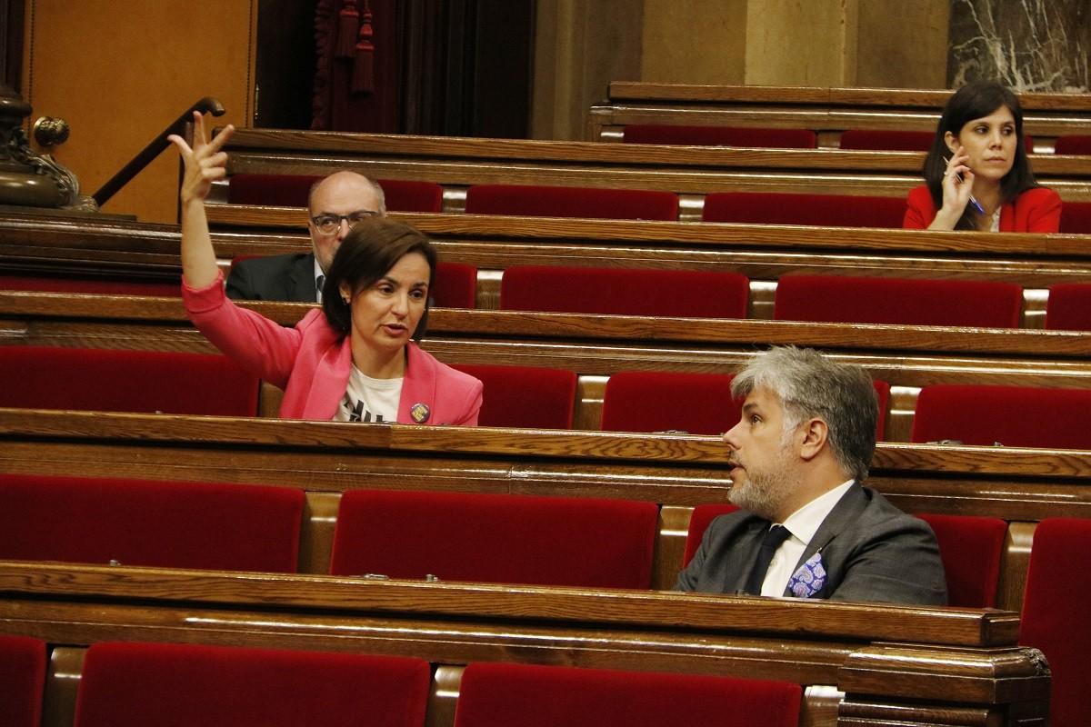 La portaveu parlamentària d'ERC, Anna Caula; i el president parlamentari de JxCat, Albert Batet, al ple