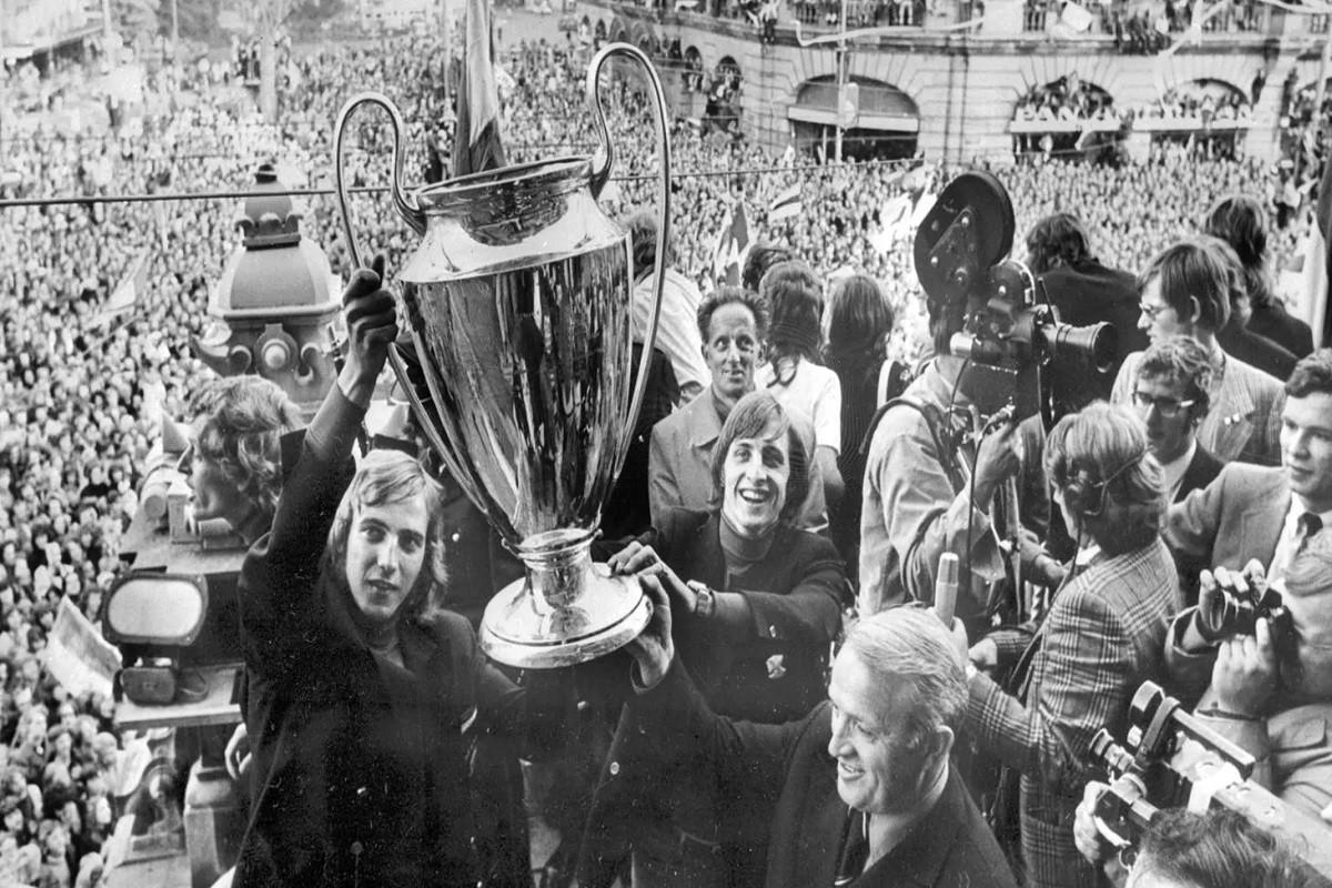 Johan Neeskens i Johan Cruyff celebren als carrers d'Amsterdam el triomf de l'Ajax a la Copa d'Europa de 1971