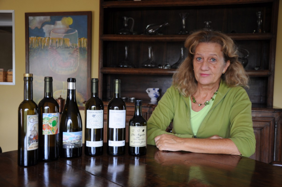 Isabelle Meyer amb alguns dels vins que elaborava amb el seu marit René Barbier.