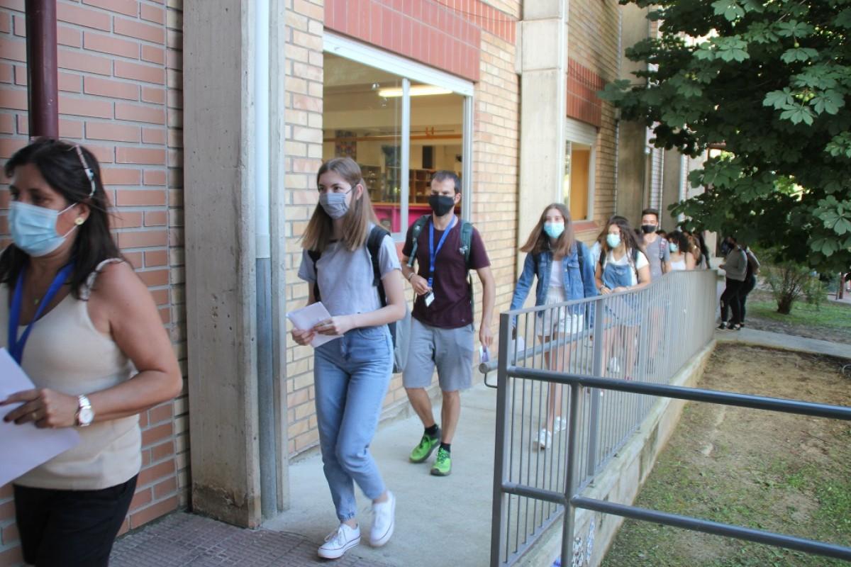 Estudiants entrant en fila ordenada a l'Institut per fer la Selectivitat