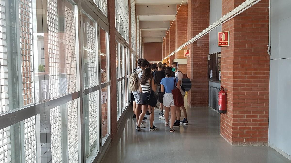 Un grup d'alumnes abans d'entrar a l'aula per fer el primer examen de la selectivitat a la UPC