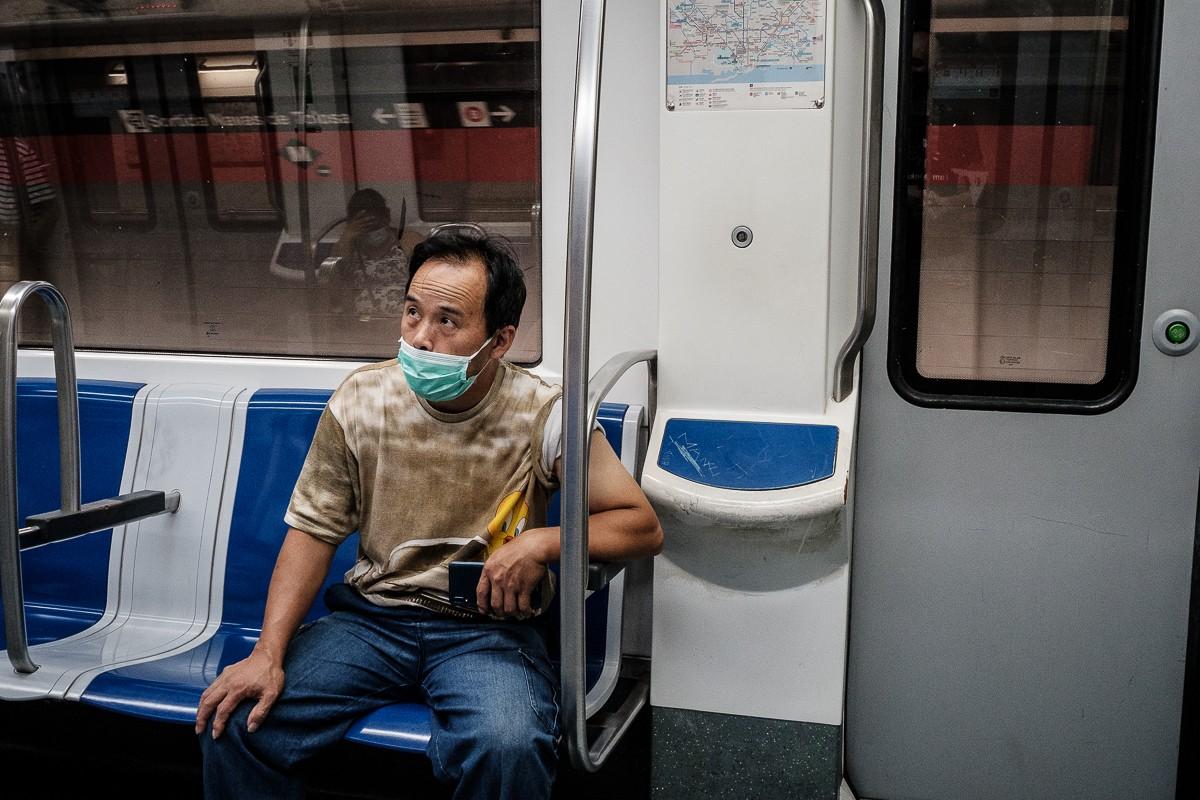 Un home amb mascareta al metro de Barcelona.