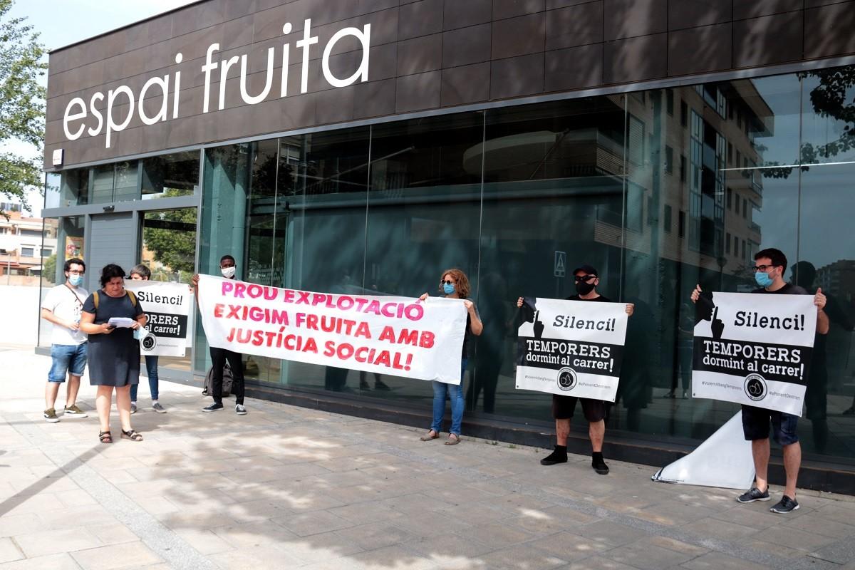 Una protesta de representants de la plataforma Fruita amb Justícia Social
