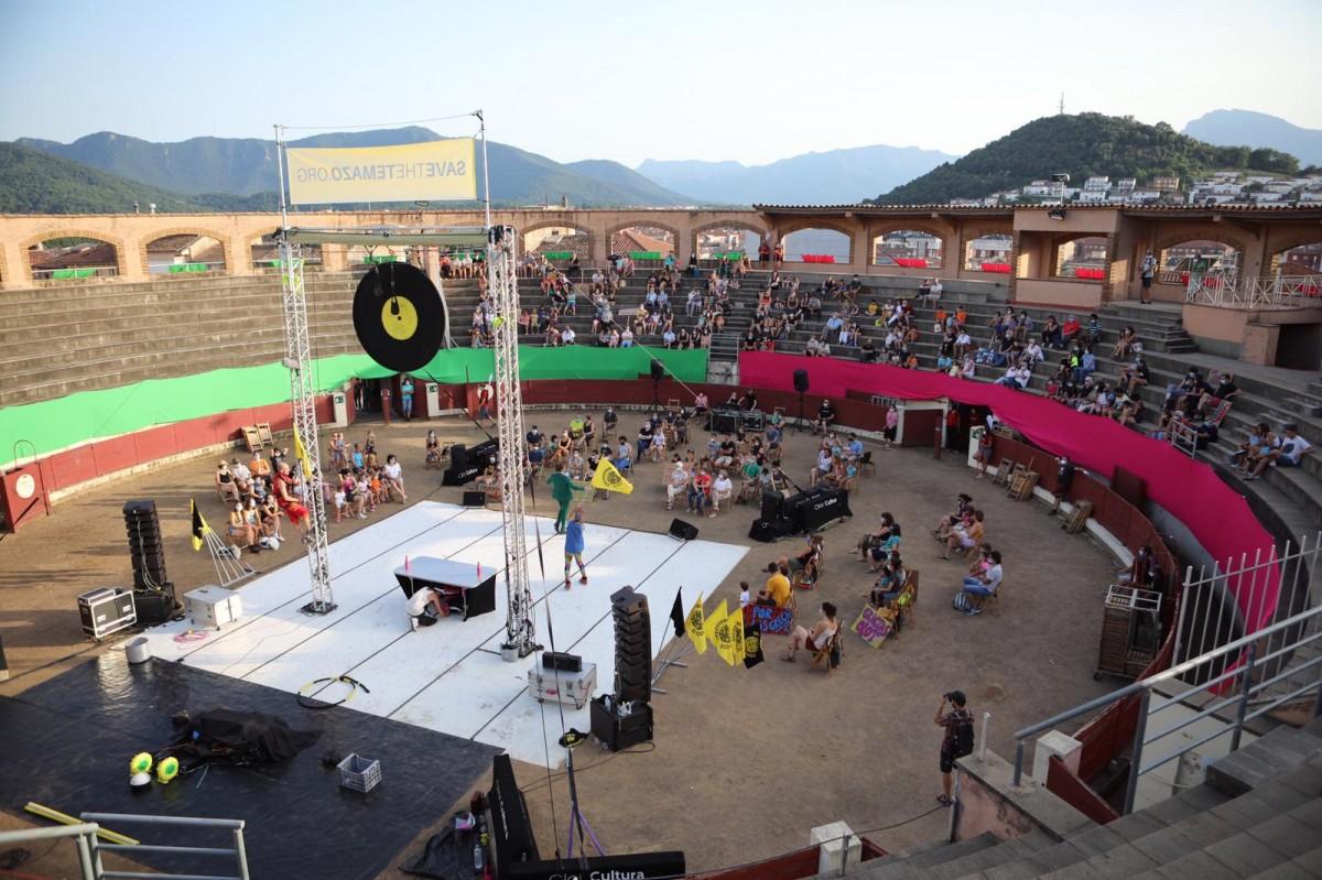El públic aplegat a la plaça de braus d'Olot va gaudir del primer Circ a la Plaça.