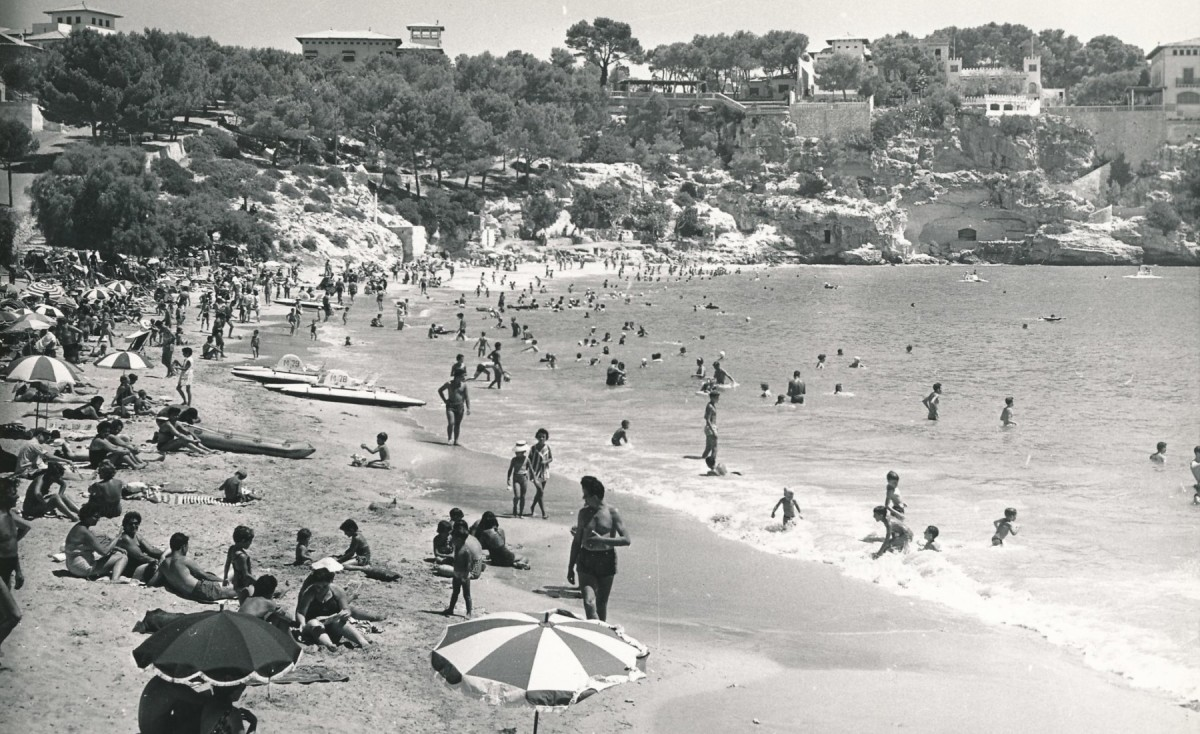 La platja de Portocristo (Mallorca) als anys 60, un dels punts d'atracció del primer turisme de masses.