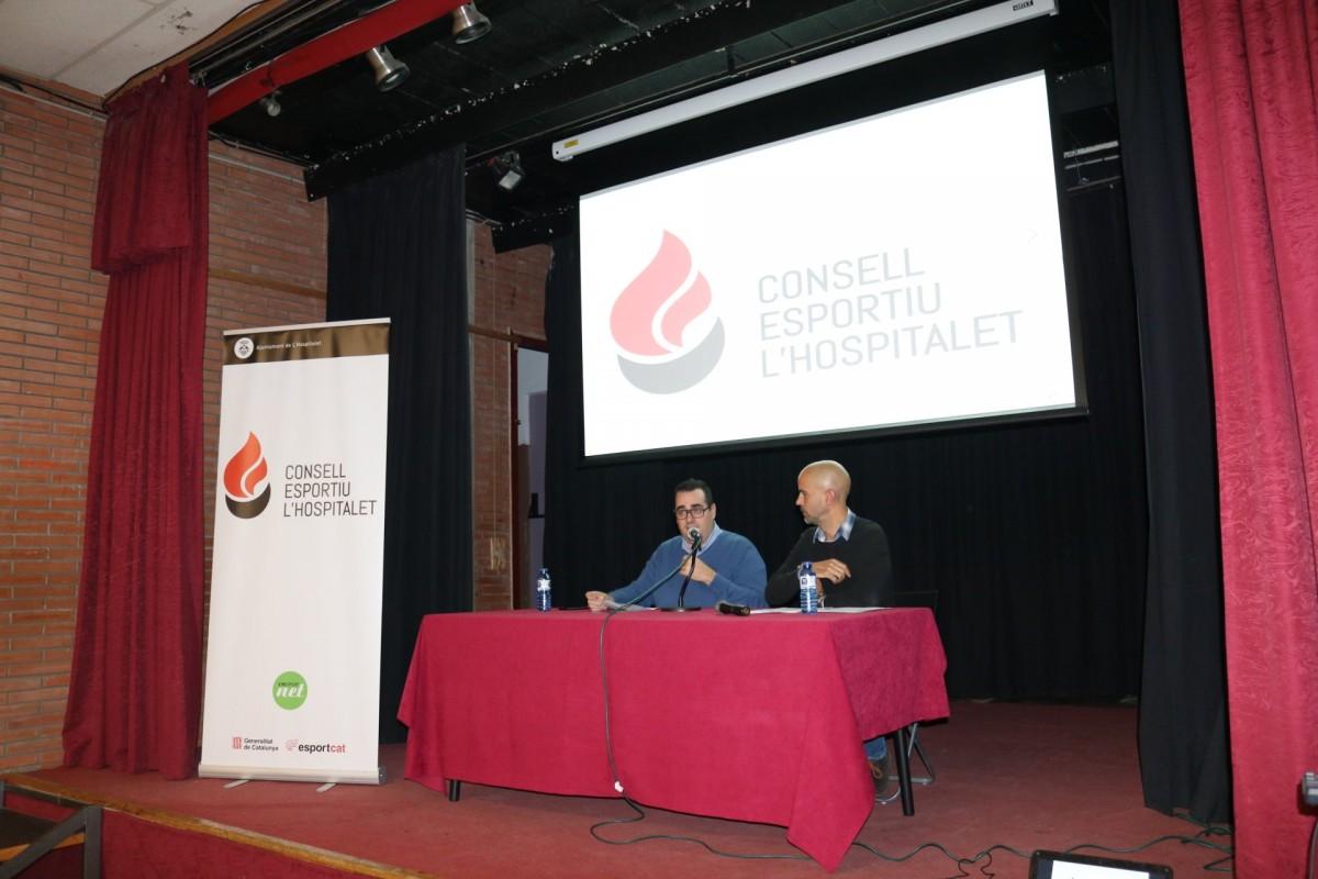 El tinent d'alcalde Cristian Alcázar i el director del Consell Esportiu, Eduard Galí, en una assemblea de l'entitat.