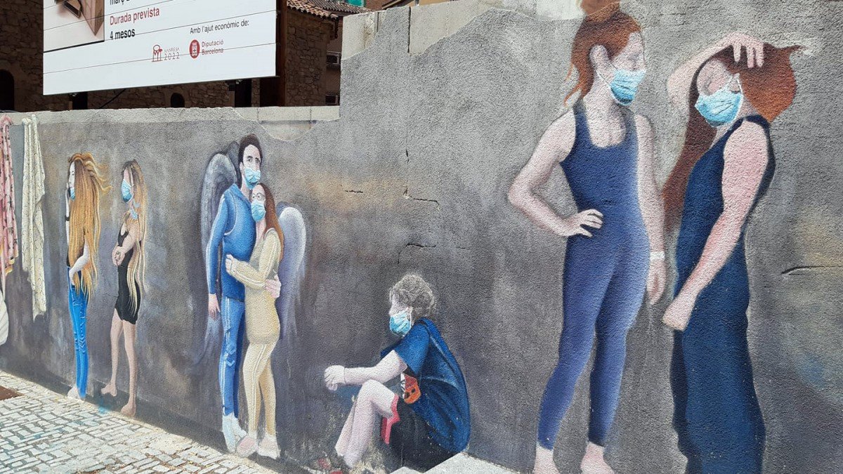 Vista parcial del mural amb els personatges amb mascareta