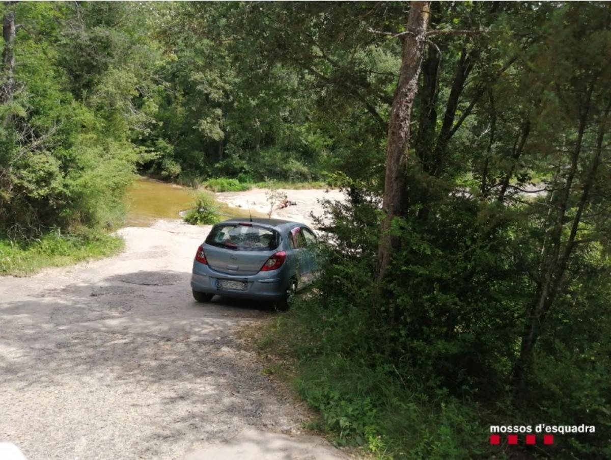 Un dels cotxes que ha accedit a la zona de la riera fora de l'àrea permesa per a vehicles.