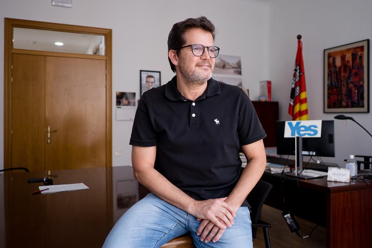 Isaac Albert al seu despatx de l'Ajuntament de Terrassa.
