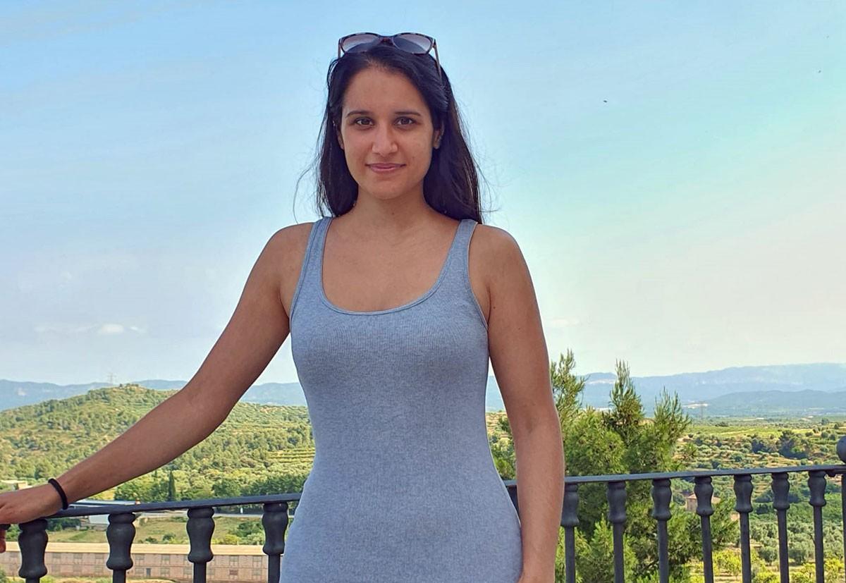 Sara Blanch, a la plaça de la Baranova del seu poble natal, Tivissa.