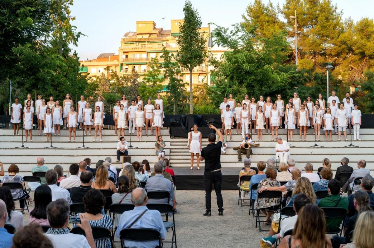 El Cor Infantil Veus, dirigit per Josep Vila, va obrir i tancar l'acte memorial.