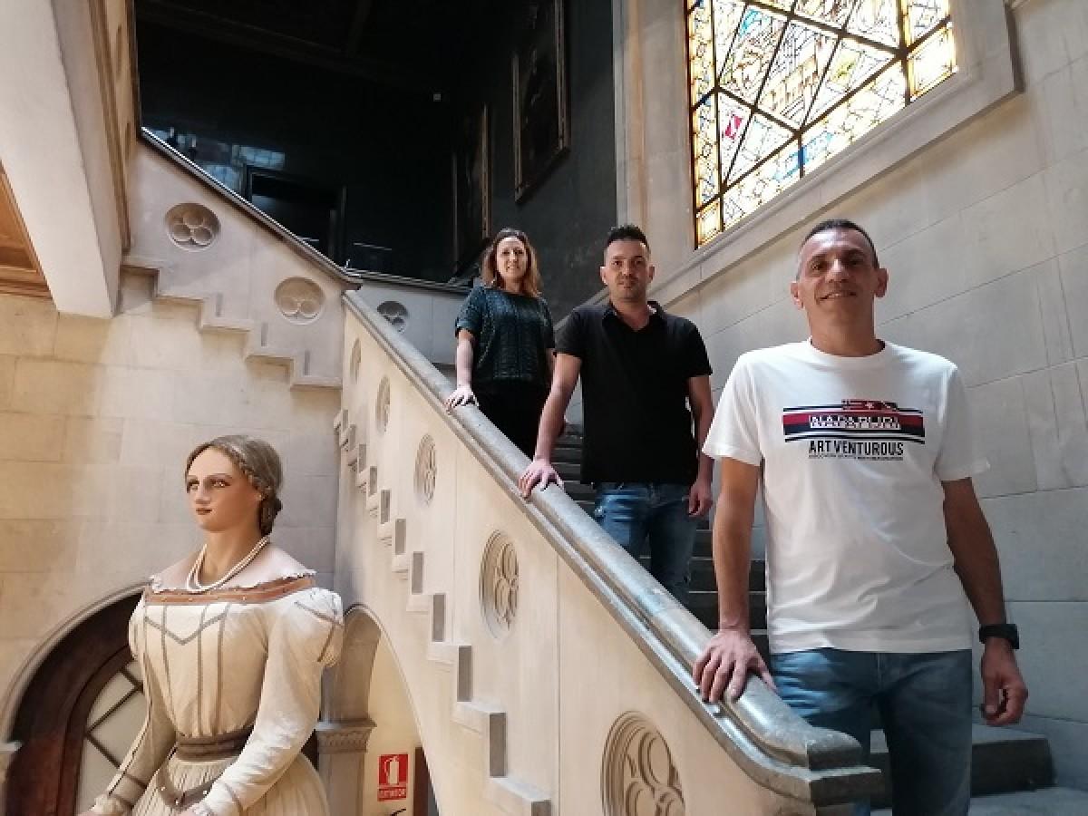 Xavier F. Rivero, Mónica Polo i Raúl Ibáñez a les escales de l'Ajuntament de Terrassa.