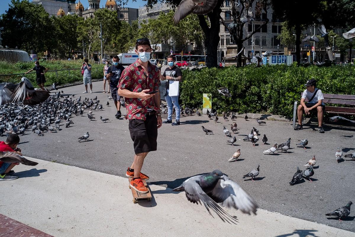Un vianant amb mascareta patina pel centre de Barcelona.