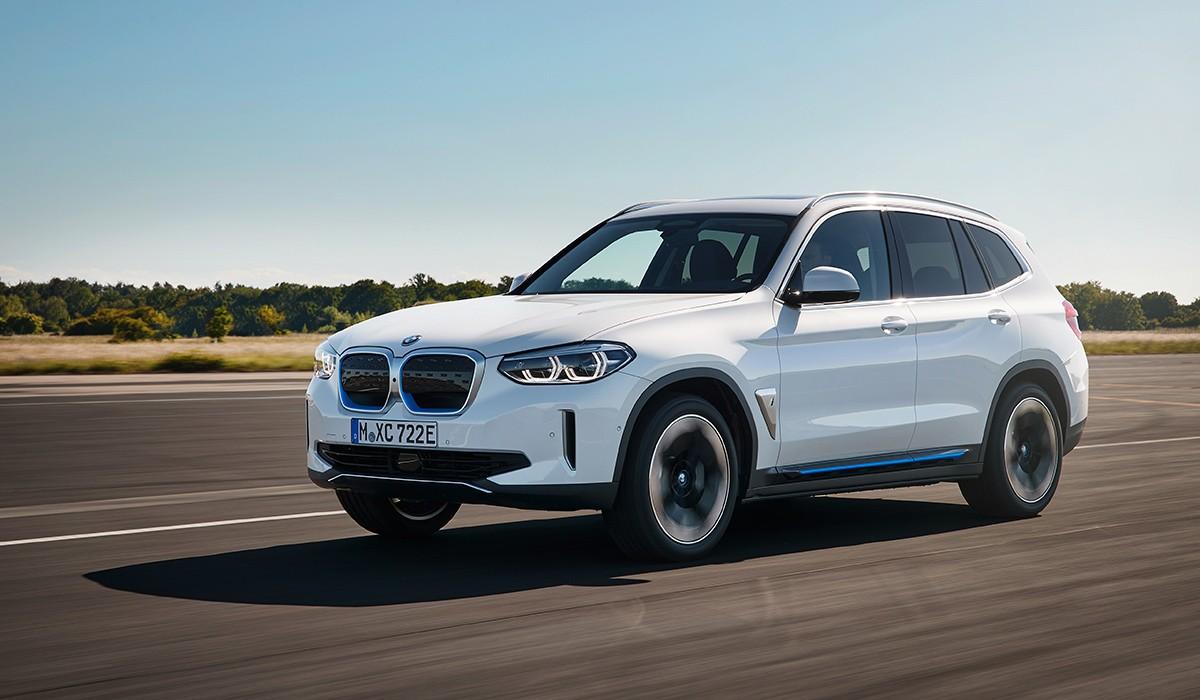 El nou BMW iX3 combina les característiques proporcions d'un X de la marca amb els trets específics d'aquesta versió elèctrica