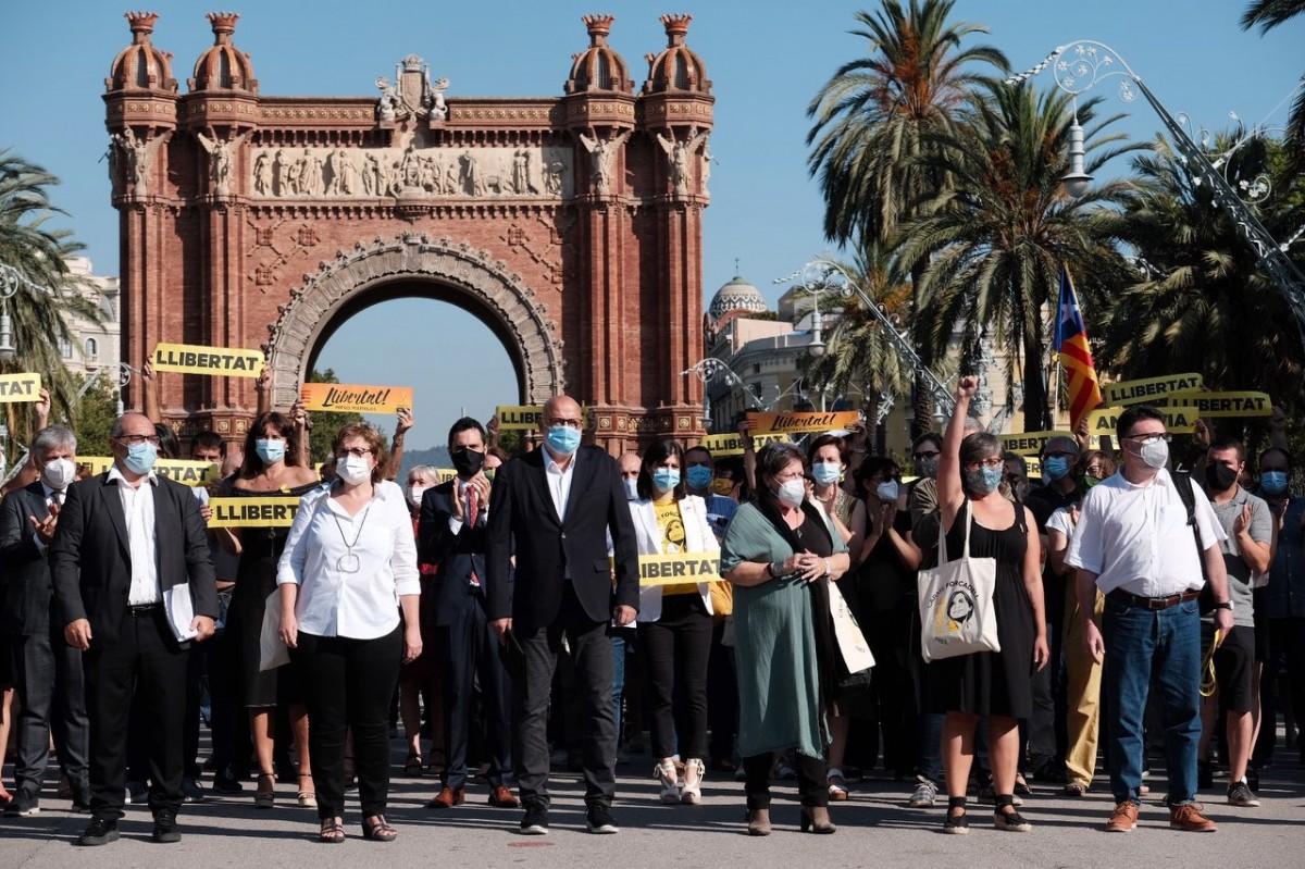Els membres de la mesa del Parlament i Mireia Boya, a les portes del TSJC