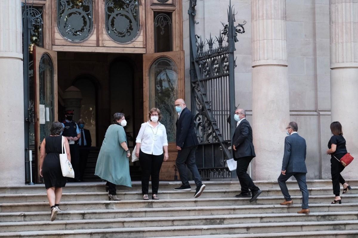 Els membres de la mesa del Parlament, a les portes del TSJC el primer dia de judici