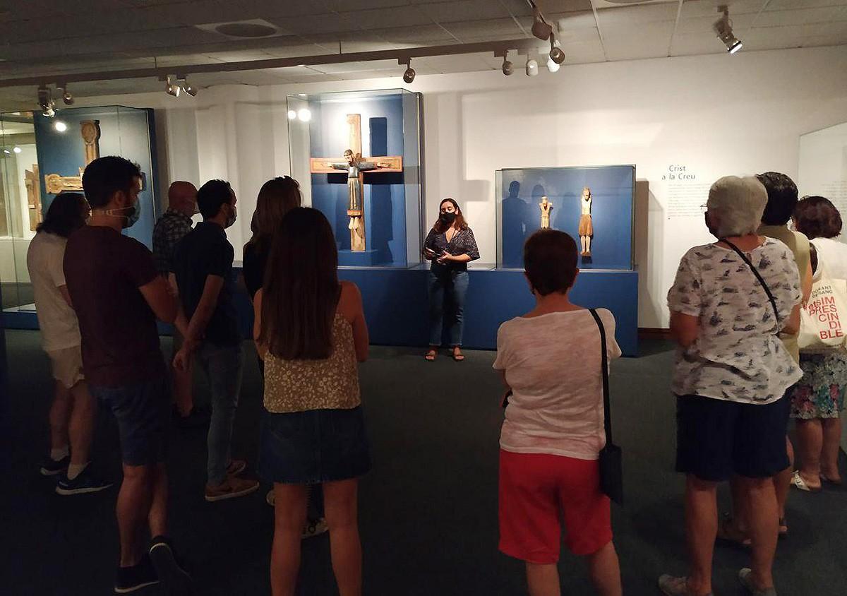La visita guiada d'aquest dissabte ha reunit una desena de persones a la mostra inèdita que acull el MEV.