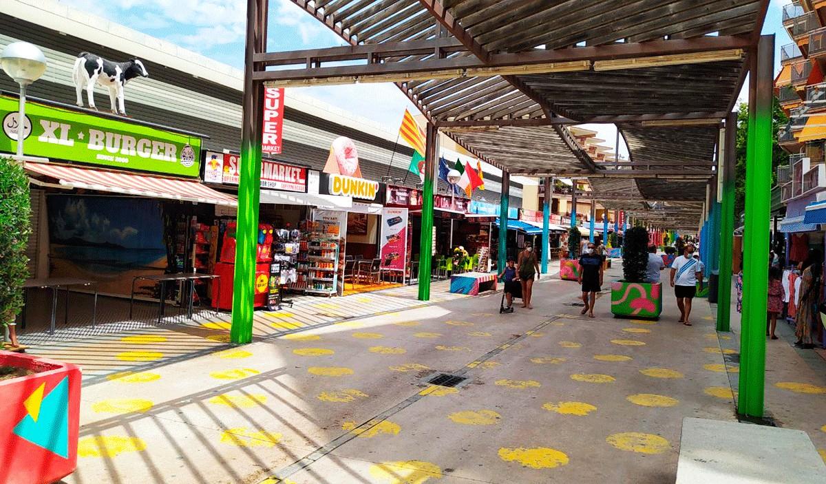 El carrer de Saragossa, a Salou, sense activitat a les acaballes del mes de juliol.