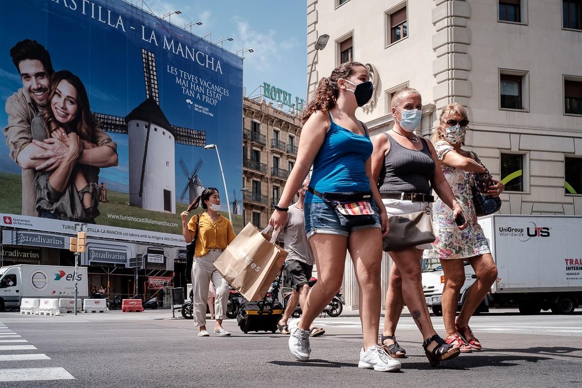 Vianants amb mascareta al centre de Barcelona.