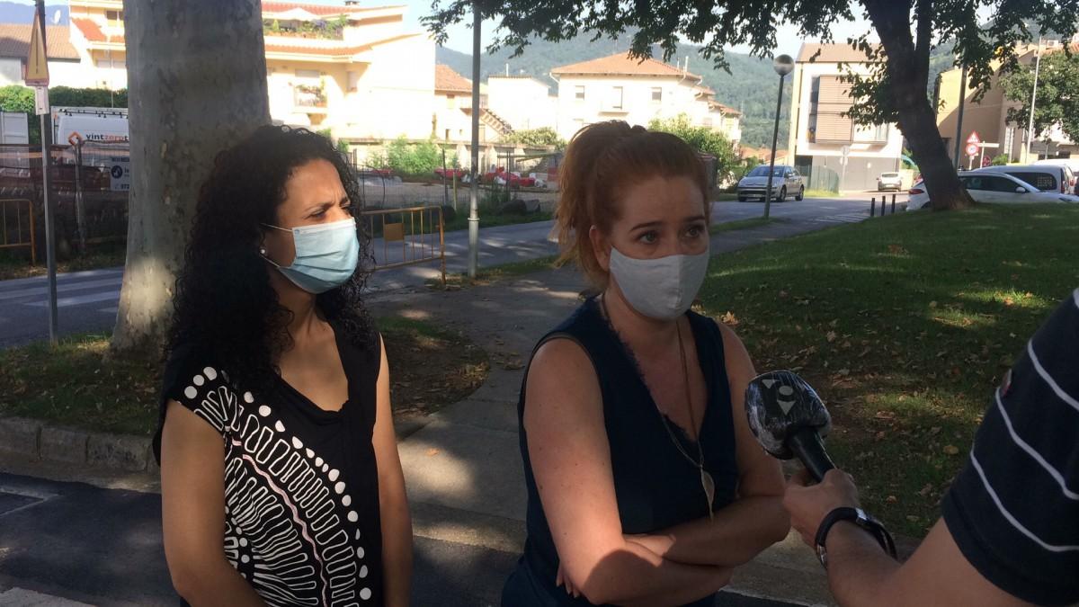 Dues regidores d'ERC Olot han atès els mitjans davant del cementiri d'Olot