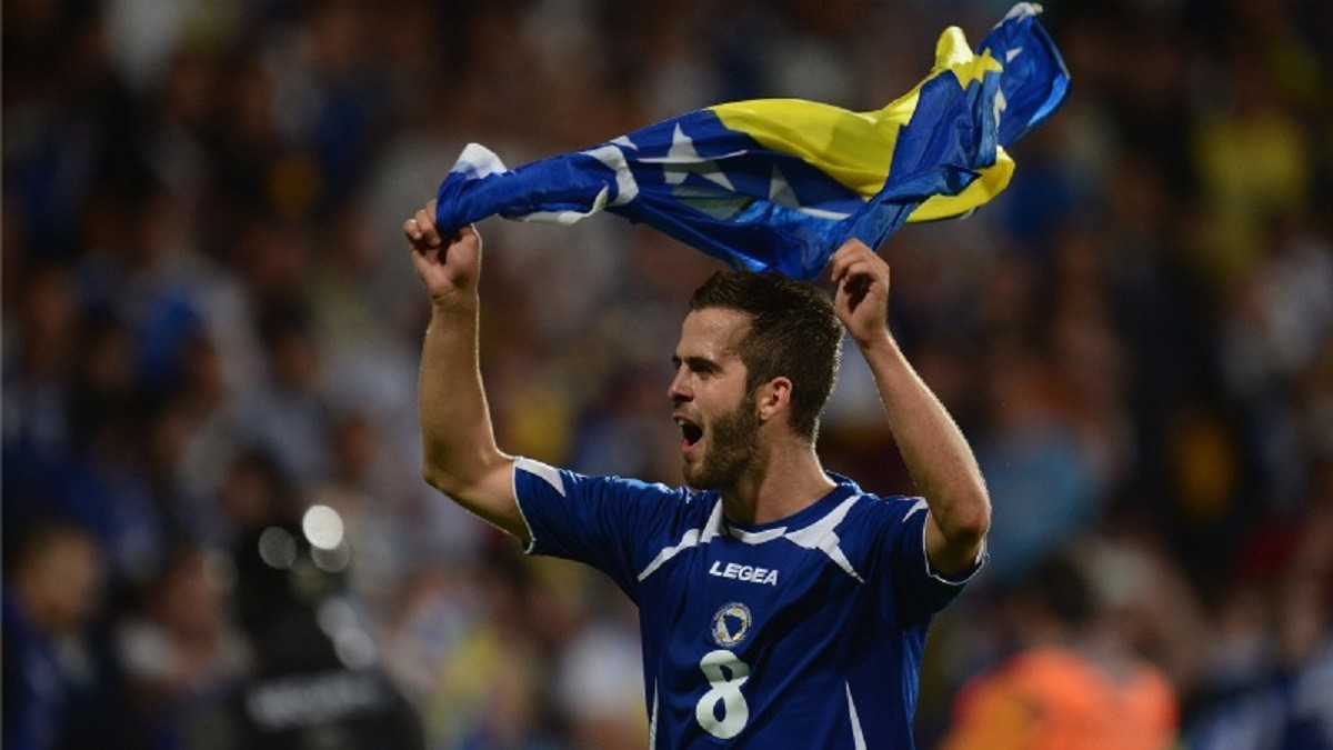 Pjanic, amb la bandera de Bòsnia