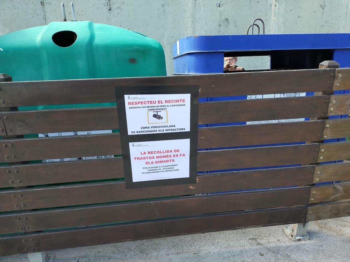 Un cartell avisa de la videovigilància a la zona de residus de l'avinguda Cisteller.