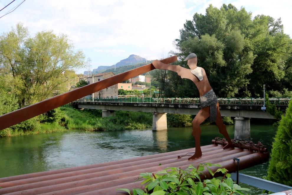 L'escultura dedicada als raiers que s'ha instal·lat al Pont de Claverol