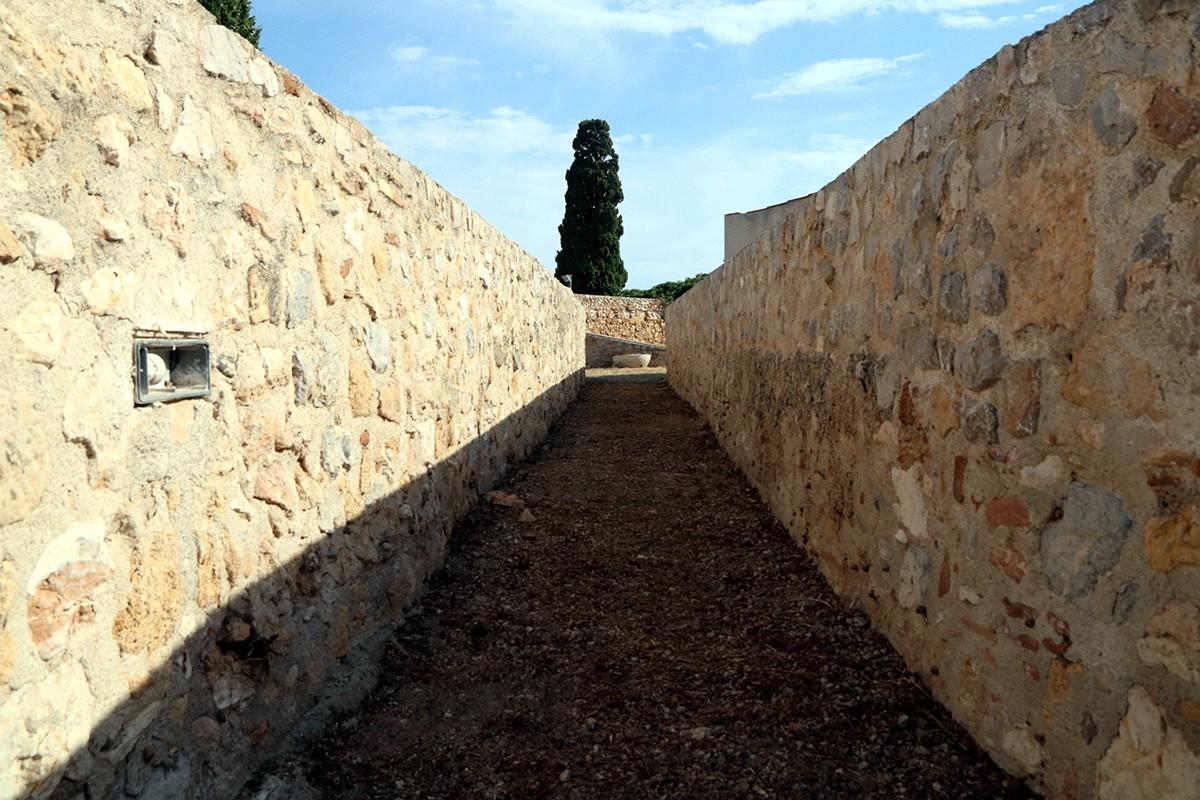 Un tram del pas de ronda de la muralla de Tarragona a l'altura de la Baixada del Roser.