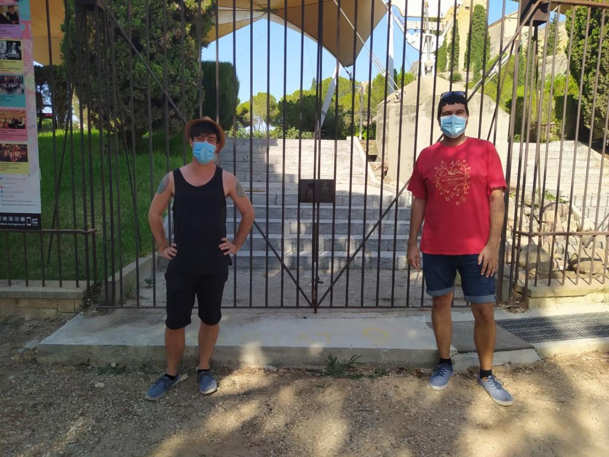 Eduard Cornadó i Manel Torres, dos dels organitzadors de la iMAGInada, davant de l'Auditori del Camp de Mart de Tarragona, on se celebraran bona part dels actes.