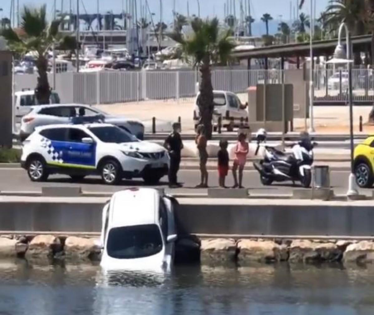 El vehicle accidentat al port de la Ràpita, ahir al migdia.