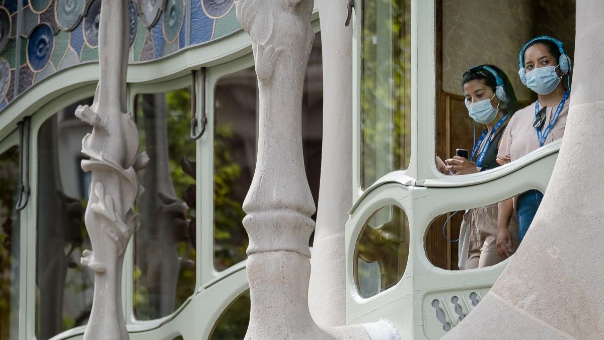 Turistes visitant la Casa Batlló amb mesures per prevenir el contagi del Coronavirus.