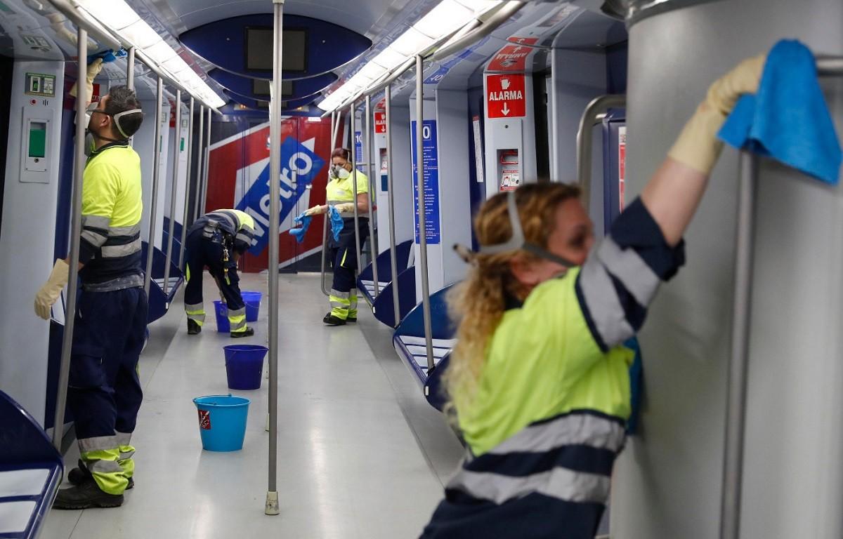 Tasques de desinfecció al metro de Madrid.