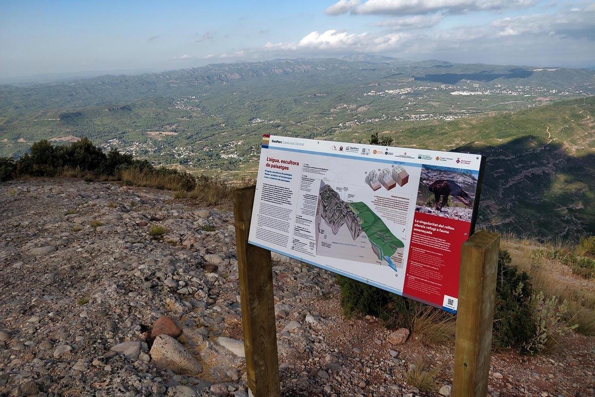 Un dels nous panells informatius de Montserrat