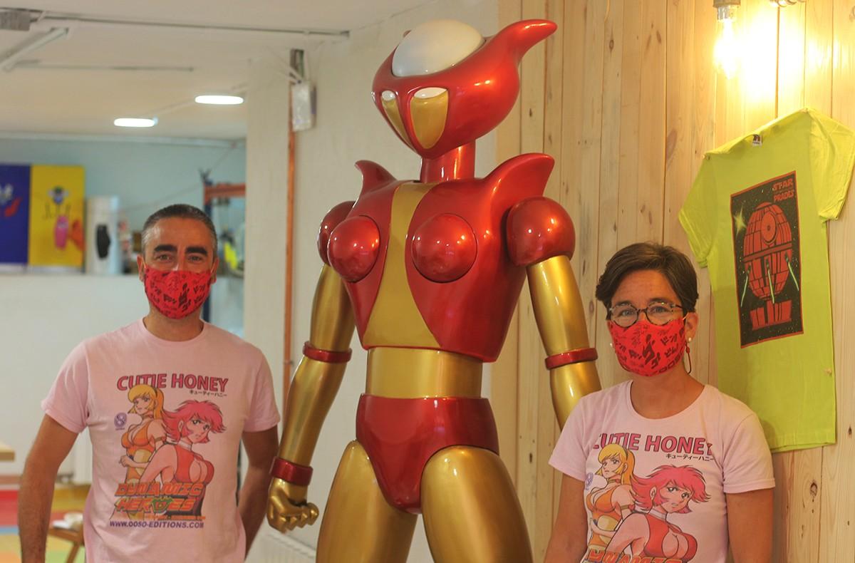 Sergio Pérez i Olga Resina, al costat de la seva figura d'Afrodita, un dels robots de la sèrie Mazinger Z.