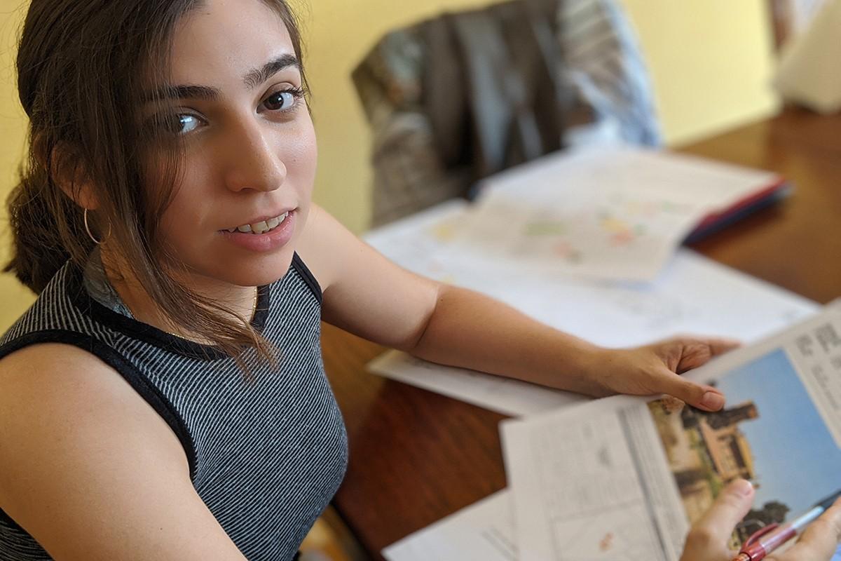 Paula Solé treballant en el seu treball acadèmic
