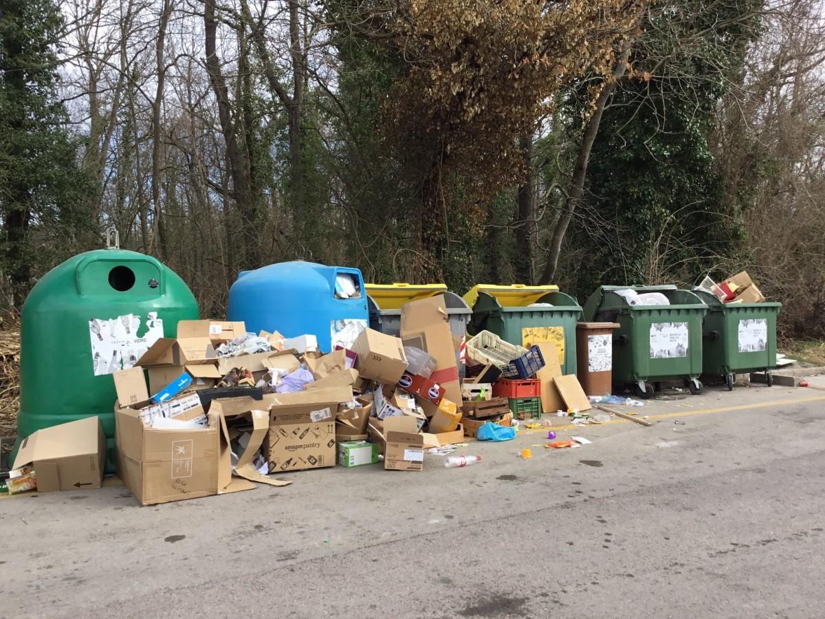 Incivisme en una àrea de recollida de residus a Olot.