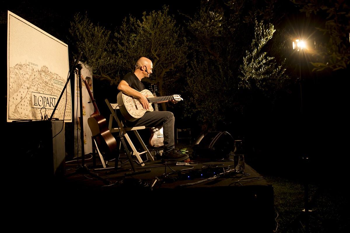 Marc Parrot al celler Llopart oferint un concert.