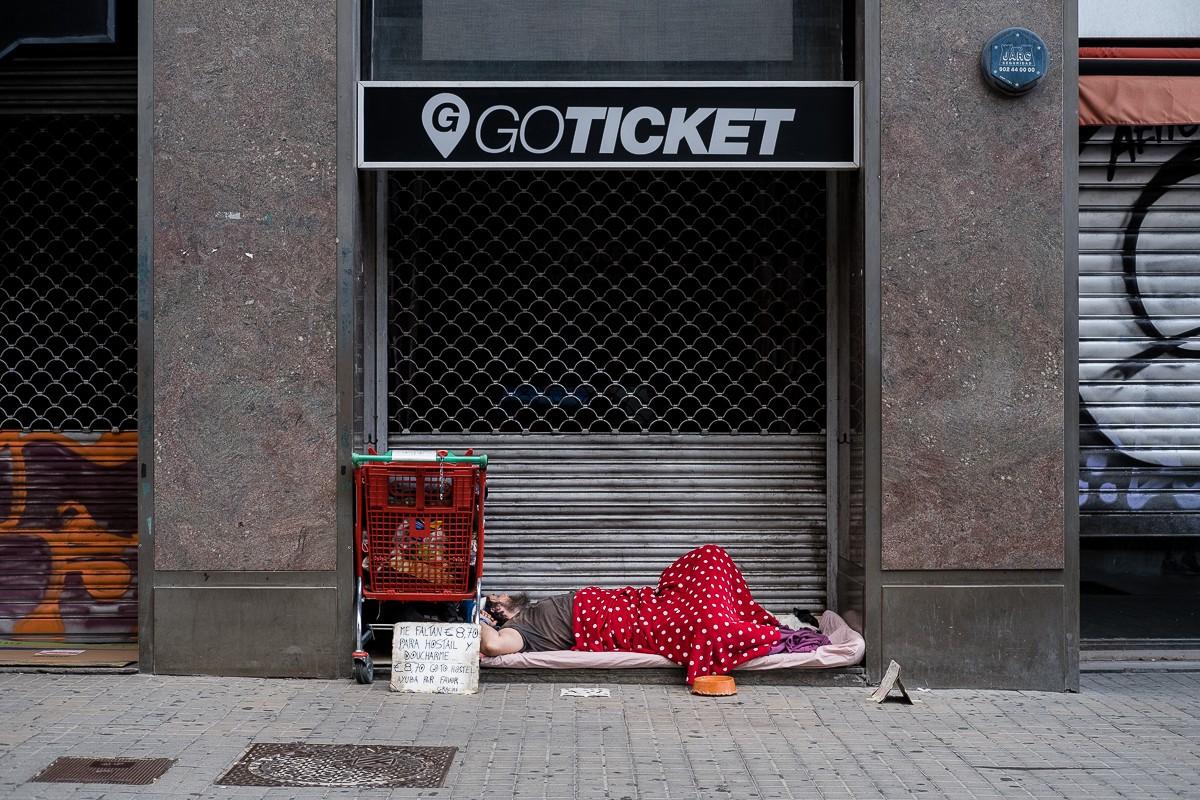Una persona sense sostre dormint al centre de Barcelona.
