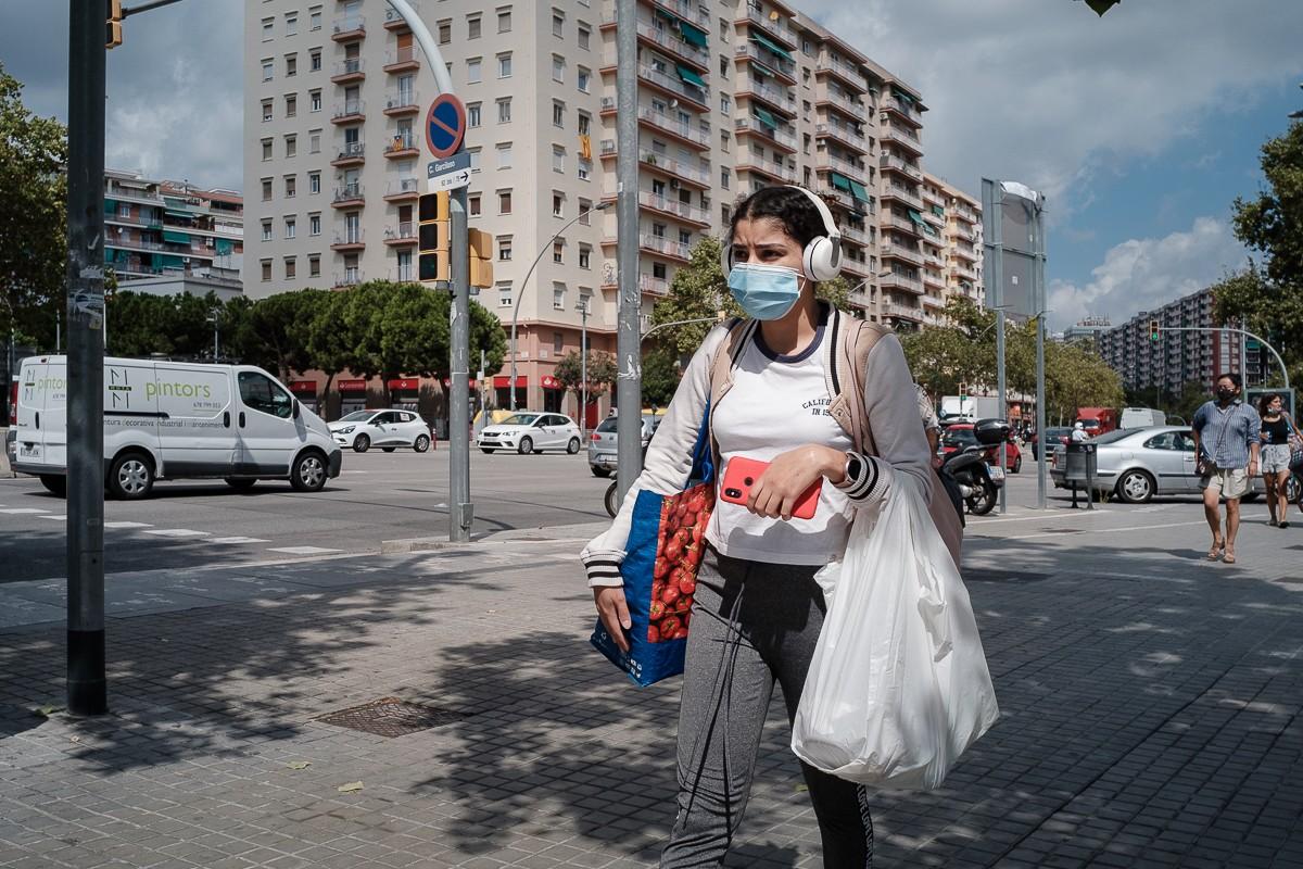 Ciutadans amb mascareta pel carrer