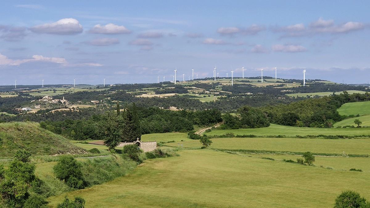 Vista general d'un parc eòlic al nord de la Conca de Barberà.