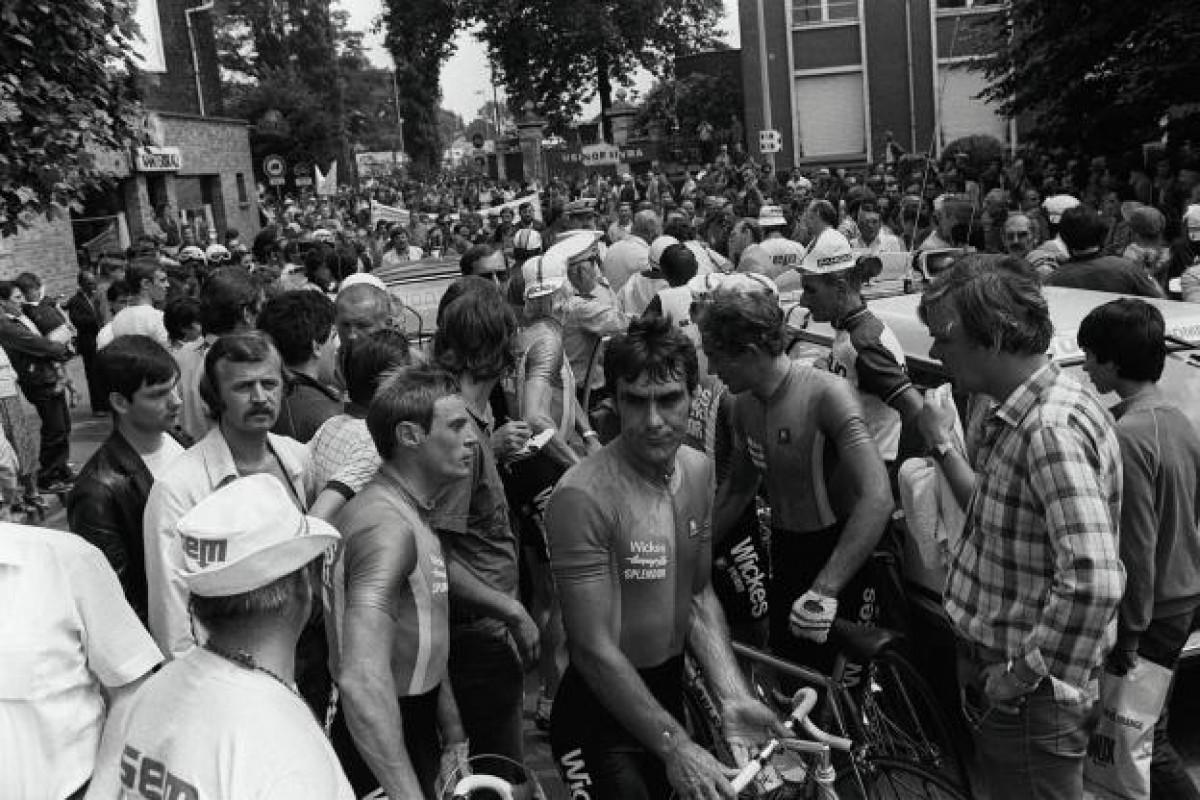 La mobilització d'obrers de l'empresa siderúrgica Usinor atura el pas del del Tour de França de 1982 per la localitat de Denain