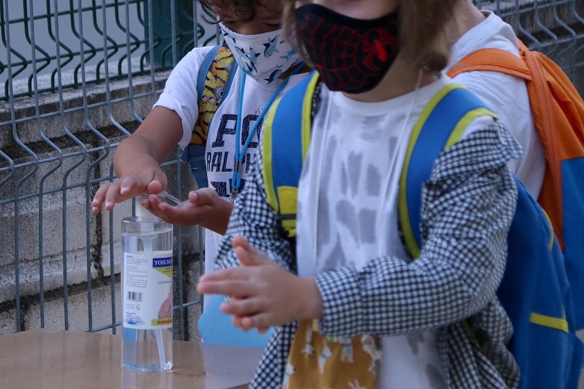 Una alumna de Primària es neteja les mans amb gel hidroalcohòlic abans d'entrar a l'escola, a l'escola Sant Llàtzer de Tortosa